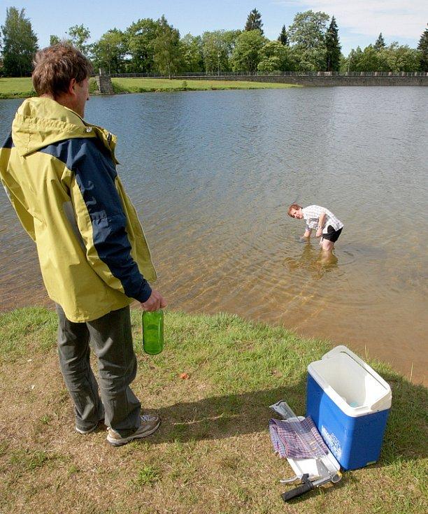 Pravidelný čtrnáctidenní odběr vody z nádrže Mšenov Jablonci 1.6. provedla pracovnice Krajské hygienické stanice Teplíková. Teplota vody byla po ránu 14,5 stupňů Celsia, průhlednost výborná. Okysličení, obsah sinic a ostatní budou provedeny v laboratoři.