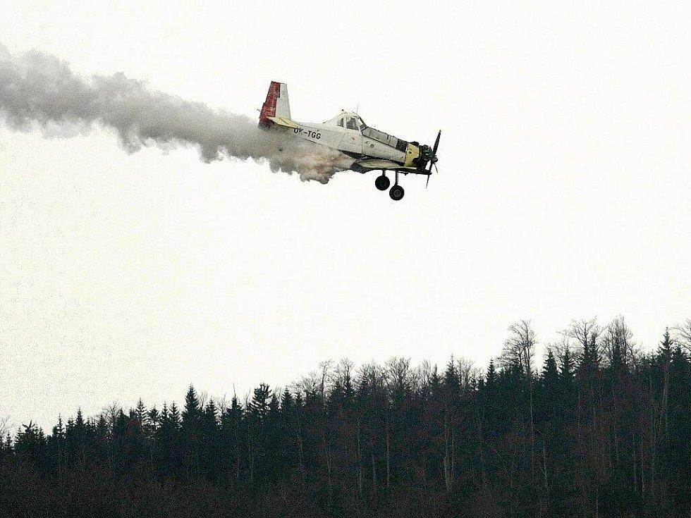 LETECKÉ VÁPNĚNÍ. Na vodárenské nádrži Souš se v úterý uskutečnilo další letecké vápnění. To se provádí nad zdrojem pitné vody pro Jablonecko každoročně už od roku 1996. Důvodem je především zlepšení kvality surové vody. Letadla startovala z Krkonoš.