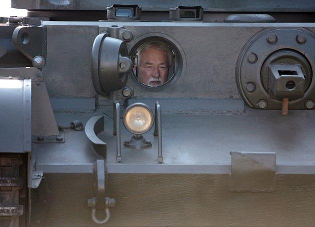 Jaroslav Janoušek v tanku Comet A34