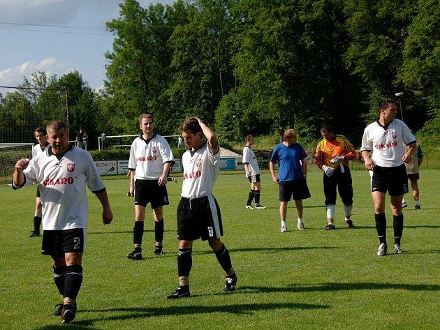 VÍTĚZOVÉ. Spokojeni odcházeli ze hřiště fotbalisté Lučan, kterří v Jablonečku vybojovali postup, na snímku zleva: Maruška, Šindelář, Cicvárek, Killián a Hradecký.