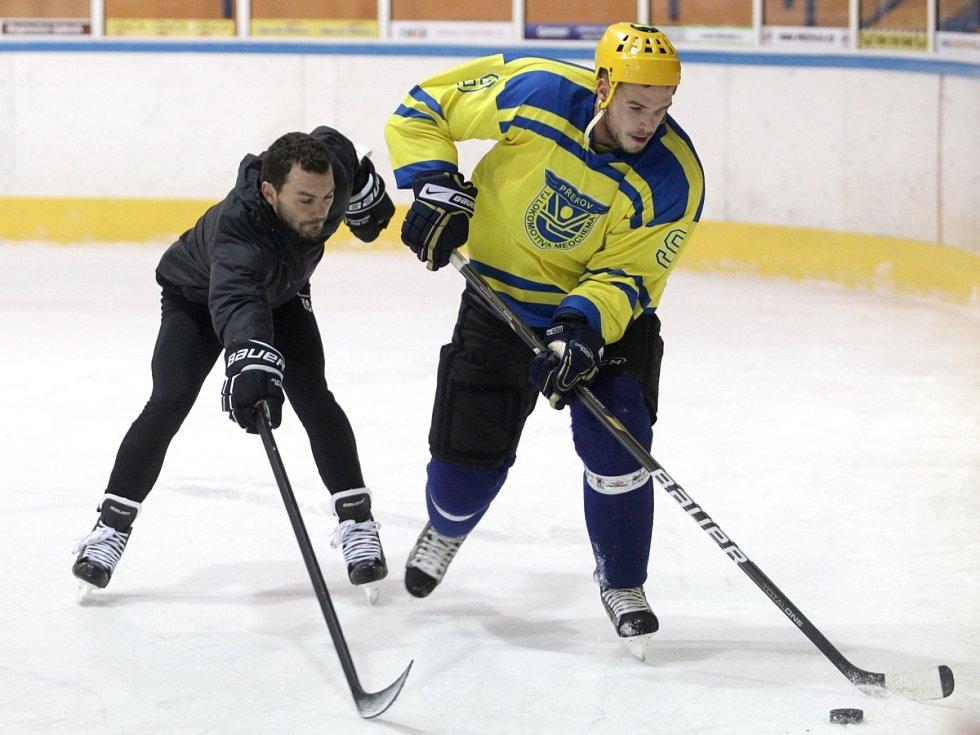 Fotbalisté Baumitu si zahráli hokej. Na snímku Luboš Loučka a Filip Novák.