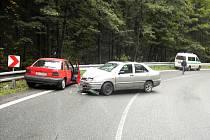 Řidič Fordu Escort nezvládl vlivem nepřiměřené rychlosti jednu ze zatáček mezi Železným Brodem a Tanvaldem. Střetl se Seatem.