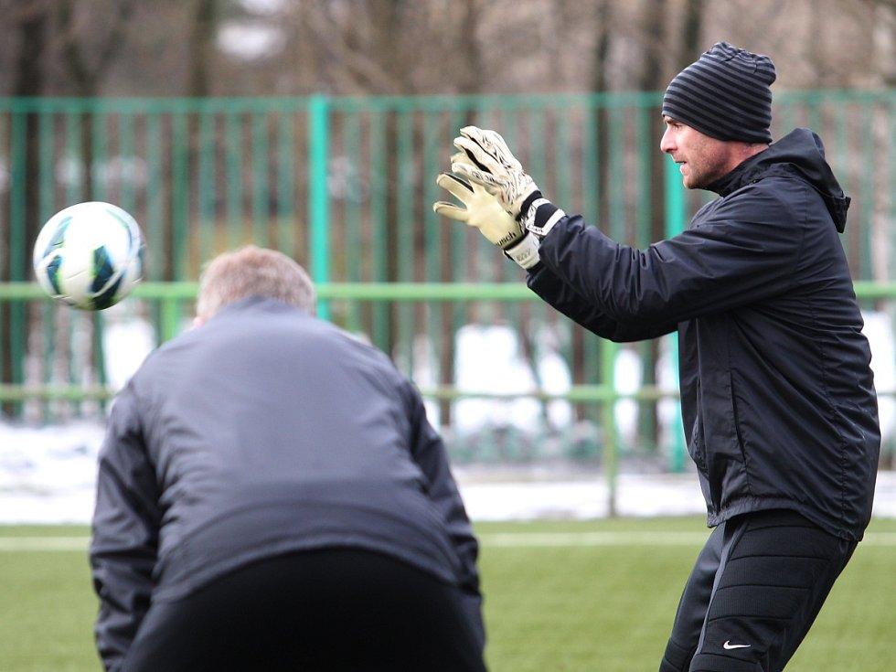 Fotbalisté Jablonce zahájili ve středu zimní přípravu. Na snímku brankář Michal Špit. Sleduje ho trenér Jan Stejskal.