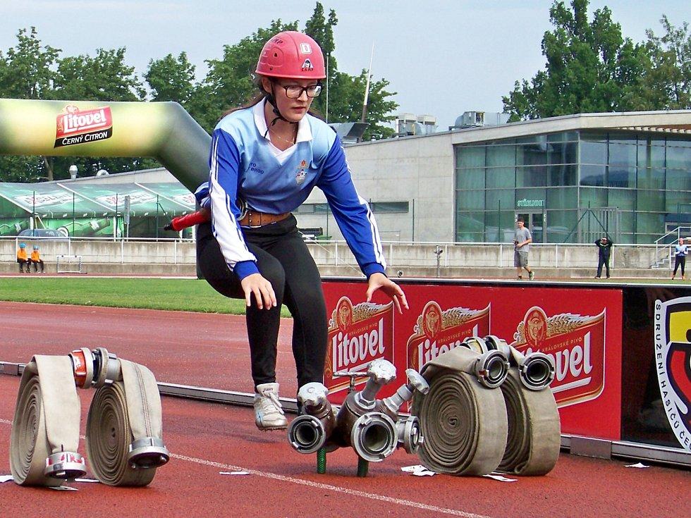 Nikola Podzimková z týmu SDH Těpeře na posledním úseku štafety CTIF na krajském kole hry Plamen.