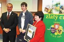 Hejtman Libereckého kraje Stanislav Eichler předal ocenění Vojtěchu Havlíčkovi, webmasterovi stránek Zásady, a starostce Libuši Ducháčkové.