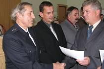 Na snímku vpravo Pavel Langr, zástupce ředitele PČR OŘ  Jablonec, gratuluje nejdéle sloužícímu policistovi na Jablonecku Františku Petříkovi. Mimo jiné obdržel i medaili Cti.