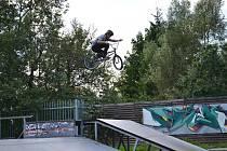 Jablonecký skatepark lákal skateboardisty i freestyle jezdce na kolech a koloběžkách.