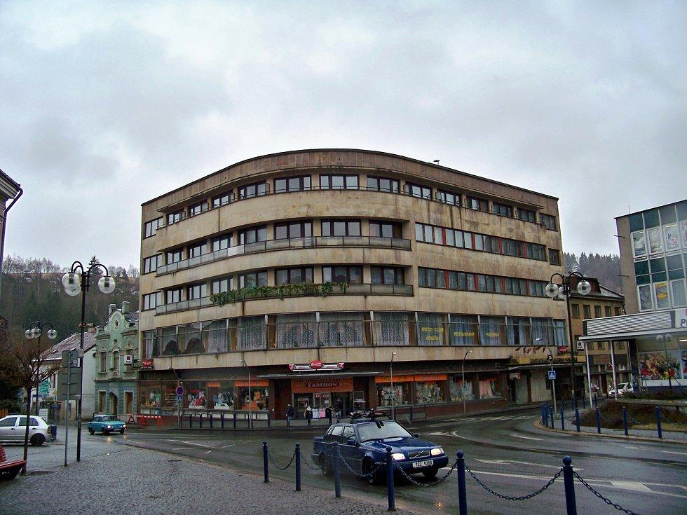 Podnik Železnobrodské sklo spravoval i velký hotel Crystal na náměstí 3. května v Železném Brodě.
