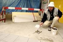 V odbavovací hale jabloneckého autobusového nádraží ČSAD probíhají stavební úpravy, které zlepší prostředí pro cestující a nabídnout rozšířený předprodej jízdenek na třech přepážkách.