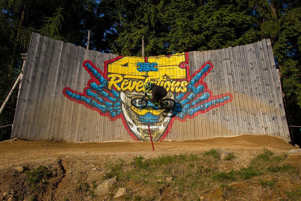 Kvalifikace závodu světové série horských kol ve fourcrossu, JBC 4X Revelations, proběhla 14. července v bikeparku v Jablonci nad Nisou. Finále se koná 15. července. Na snímku je Felix Beckeman.