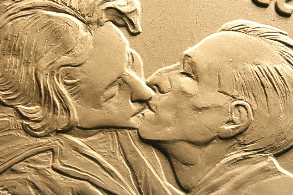 MEDAILE SPORTOVNÍ LEGENDY, KTERÉ ČASEM NEVYBLEDNOU. Manželé Dana a Emil Zátopkovi (19. 9. 1922) se narodili ve stejný den jednoho roku. V jednom dni získali také oba zlatou olympijskou medaili v Helsinkách. V jablonecké České mincovně vyrazí podle návrhu