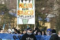 S velmi odvážnými hesly se na severočeské derby vydali fanoušci Slovanu. Policisté vyhodnotili utkání jako středně rizikové a tomu  také odpovídala i nedělní bezpečnostní opatření. Naštěstí se domácí fans nenechali vulgárními hesly vyprovokovat.