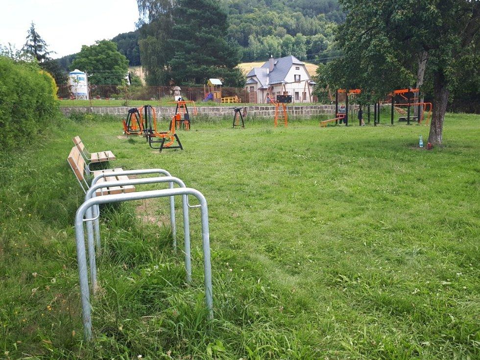 Žáci místní Základní školy vymysleli před časem vznik workoutového hřiště před sokolovnou na Malé Skále.