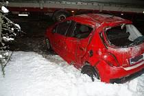 Řidič Peugeotu po smyku narazil do nákladního auta.