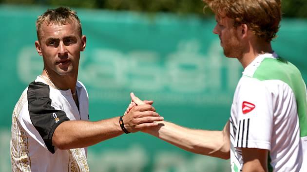 Turnaj Futures F3 pokračoval druhým kolem dvouhry. Jablonecký odchovanec Roman Jebavý (vlevo) se s turnajem rozloučil ve druhém kole, když nestačil na George von Massowa z Německa.