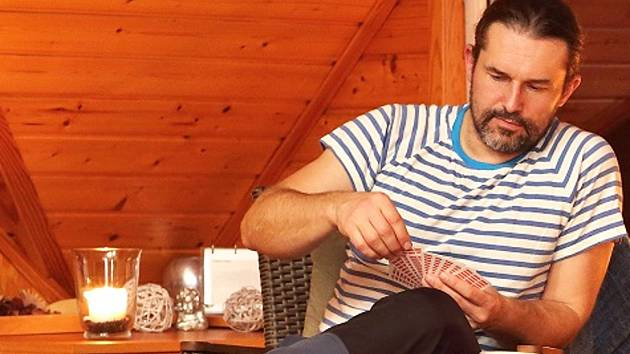 Pavel Hataš, vynálezce z Jablonce si nechal patentovat skládací pantofle FlixFlox.