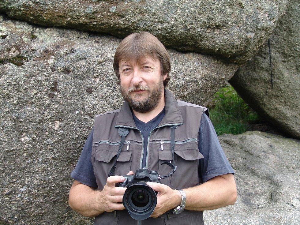 Jiří Hladík před několika lety ve skalách - kromě horolezectví je jeho další vášní fotografování. Foto archiv Jiřího Hladíka