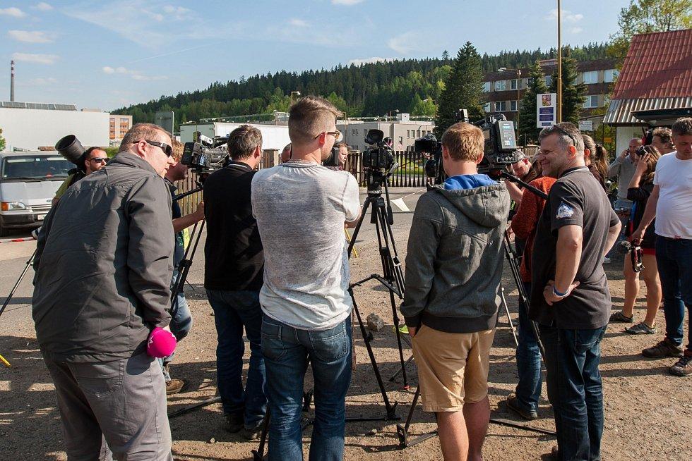 Novináři čekají na ředitele věznice Rýnovice.