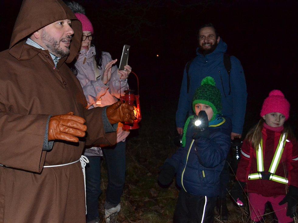 Rej světlušek pořádá bratr Petr z Jednoty bratrské Vratislavice každý rok. I letos rodiny hledaly s lucernami a baterkami to největší štěstí.
