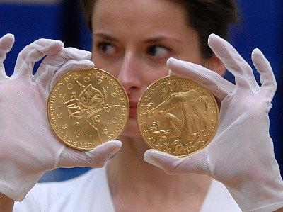 V České mincovně v Jablonci nad Nisou včera razili zlatou investiční medajli ke vstupu České republiky do tzv. Schengenského prostoru.Medajle je zhotovena z ryzího zlata ( Au999,9) s hmotností 1000gramů.