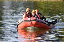 Jablonečtí vodní záchranáři při cvičení s mládeží.