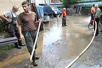 Vyplavená ulice Za Plynárnou v Jablonci.