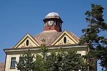 FOTO č. 1 Zajímavá věžička s hodinami. O jakou budovu se jedná a kde se nachází?
