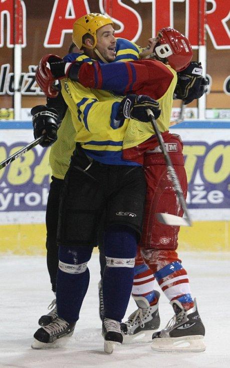 Fotbalisté Baumitu si zahráli hokej. Na snímku radost střelce branky Filipa Nováka (vlevo) s Janem Kopicem.
