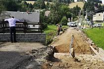 Ke konci rekonstrukce se blíží most a část komunikace mezi hlavní silnicí a parkovištěm Nisa.