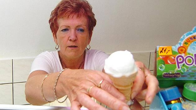 KOPEČKOVÁ NEBO TOČENÁ? Lidé mají rádi všechny typy zmrzlin, o čemž svědčí i anketa Jabloneckého Deníku. Druhé místo patří kopečkové, a to z cukrárny Venezia.