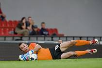 Na snímku domácí gólman Jaromír Blažek likviduje jednu z vyložených šancí jabloneckých.