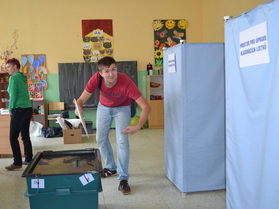 10. října ve 14 hodin začaly volby do zastupitelstev měst a obcí. Ve volebních místnostech v ZŠ Sokolí v Jablonci, okrsek č. 5, 6, 7 volí první voliči pár minut po začátku.