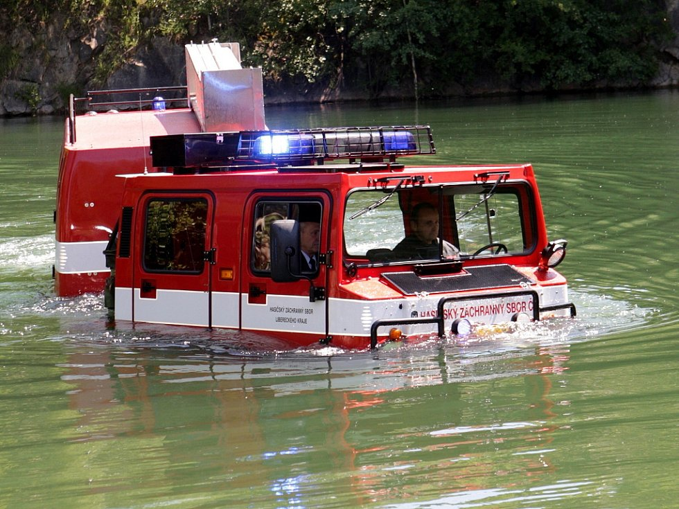 V Jesenném mělo celorepublikovou premiéru obojživelné vozidlo Hägglunds BV 206, patřícím krajským hasičům. Vozidlo vjelo do zatopeného lomu a 10 minut klidně brázdilo vodní hladinu.  Na závěr dne mohli vidět diváci i seskok parašutistů na vodní hladinu.