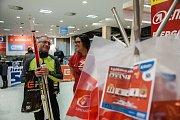 Vydávání startovních balíčků na Jizerskou 50, závod v klasickém lyžování ze seriálu dálkových běhů Ski Classics, začalo 15. února v obchodním centru Nisa v Liberci.