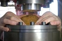 V Jablonecké mincovně se opět razila investiční medaile z ryzího zlata o váze 1000 gramů.Tentokrát si ji nechala razit společnost Zlaté Mince. Medaile k 650. výročí položení základního kamene Karlova mostu. Na snímku Lubomír Lietava.