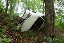 Řidič Fordu Mondeo nezvládl zatáčku a skončil v příkopu.