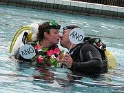 """Netradičním způsobem si řekli své """"Ano"""" manželé Horských. Jejich svatební obřad se z velké části odehrával pod vodní hladinou na berounském koupališti."""