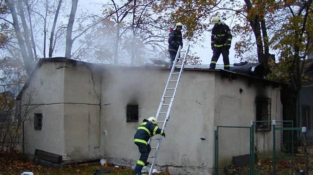 V požářišti objevili hasiči  torzo lidského těla.
