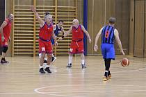 Byvalí basketbalisté, dnes aktivní veteráni, se opět sešli na tradičním turnaji v Jablonci, jehož pořadatelem je Tonda Gilar.