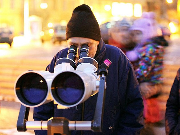 Na Horním náměstí v Jablonci připravili členové Klubu astronomů Liberecka v sobotu přenosné dalekohledy ke sledování měsíčního zatmění, které bylo viditelné v závěrečné fázi průběhu.