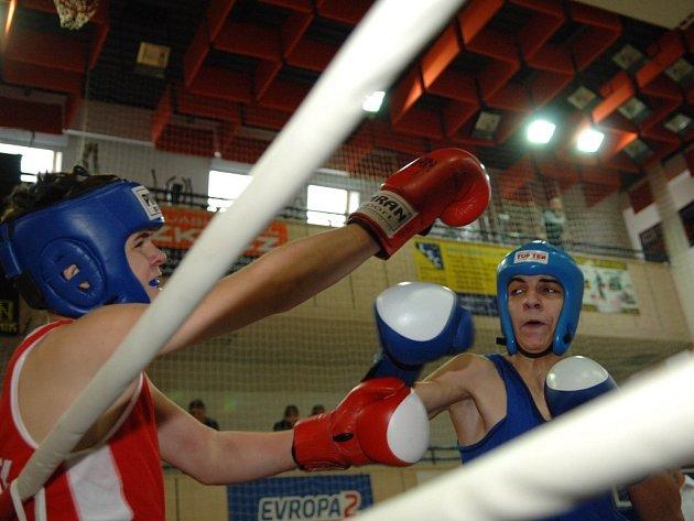 Zápas, ve kterém člen Bižuterie Chmelař (vlevo) podlehl v ringu Drapákovi z Chomutova.