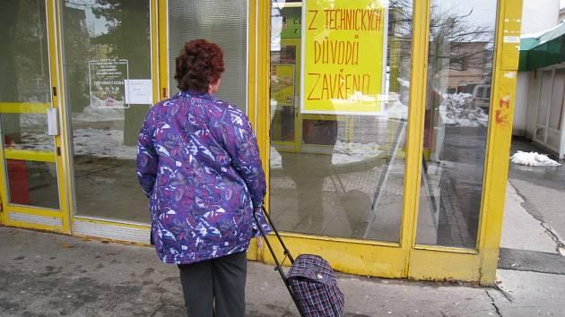 Obyvatelé  Jablonce, kteří  se v těchto dnech vypravují za svými  nákupy do Delvity, narážejí na uzamčené dveře. Vítá je pouze nápis Z technických důvodů zavřeno.