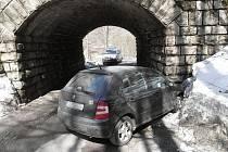 Ve směru od Pustin jela s vozidlem Škoda Fabia třiadvacetiletá žena z Jablonecka. Narazila do viaduktu v Desné.