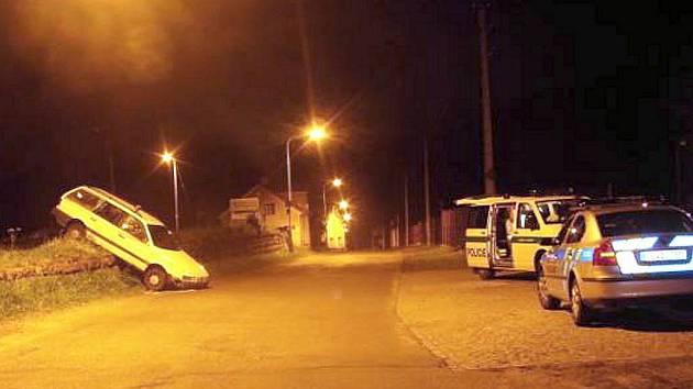 Řidič Volkswagenu Passat z dosud nezjištěných příčin vyjel vlevo z nakládací rampy v Josefově Dole a přední částí vozidla spadl do komunikace