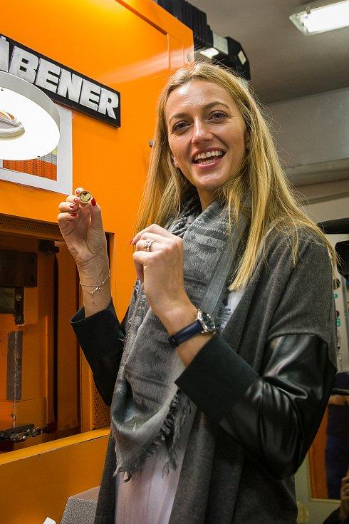 Tenistka Petra Kvitová navštívila 5. listopadu Českou mincovnu v Jablonci nad Nisou u příležitosti ražby pamětní mince se svým portrétem.