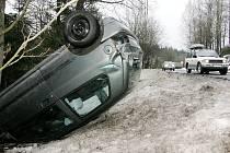 Renault Clio poslal řidič pod jabloneckým Zeleným údolím mimo vozovku koly vzhůru.