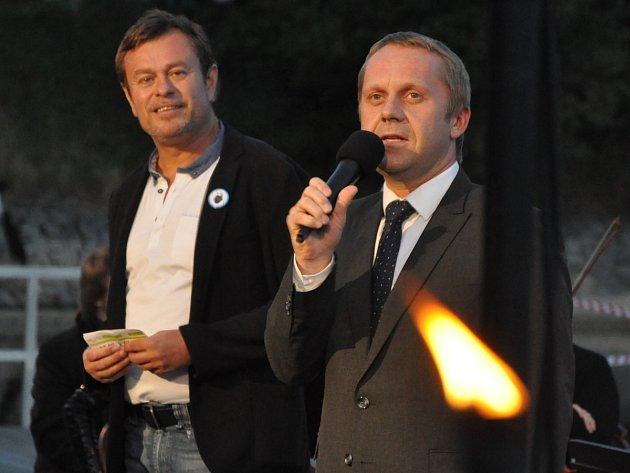 Náměstek primátora Pavel Svoboda (vpravo) a ředitel jabloneckého divadla Pavel Žur při zahájení koncertu na přehradním molu.