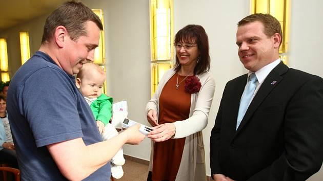 Radní Pavel Petráček předává medaile Dr. Janského dobrovolným dárcům krve.