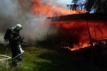 Zahradní domek se seníkem v Tanvaldě skončil v plamenech.