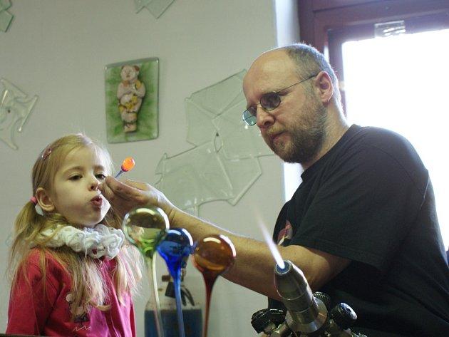Nejmenší návštěvníci se dozvěděli nejen, jak se pracuje se sklem, ale mohli si i sami vyzkoušet vyfouknout skleněnou bublinu